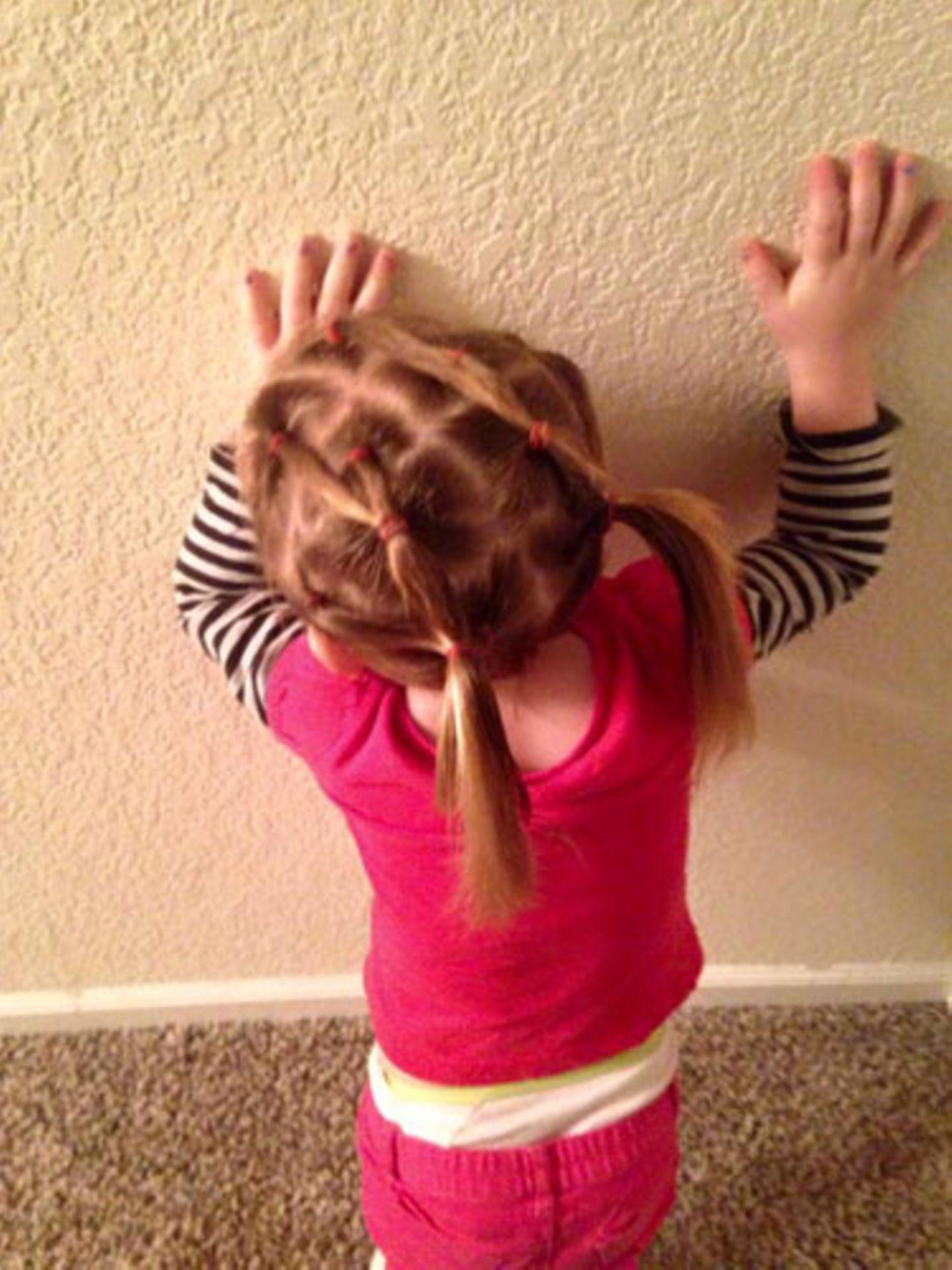 Vater frisiert Tochter - Bilder zum Durchklicken
