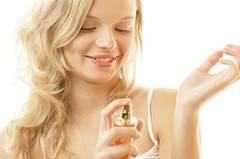 Frau mit Parfüm