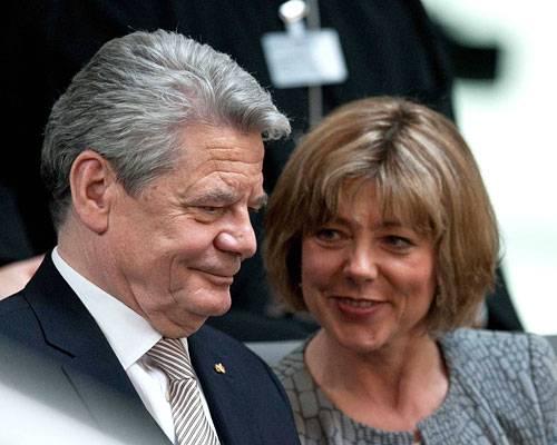 """First Lady: Stolz gratulierte Daniela Schadt am Sonntag ihrem Freund Joachim Gauck zur erfolgreichen Wahl. Damit ändert sich nun auch das Leben der 52-jährigen Journalistin radikal. Als Frau des Bundespräsidenten steht sie mit im Rampenlicht, es wird erwartet, dass sie bei vielen offiziellen Terminen dabei ist und sich sozial engagiert. Joachim Gauck vertraut ihr da vollkommen: """"Daniela ist eine erwachsene politikerfahrene Frau."""" Mehr bei BRIGITTE.de Danke, Christian Wulff Satire: Das Netz lacht über Christian Wulff Die Welt in Tortendiagrammen?"""