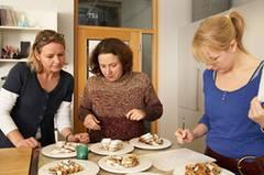Die BRIGITTE-Jury, bestehend aus BRIGITTE-Redakteurin Frauke, Online-Redakteurin Angelika und Mitarbeiterin Sina, begutachtet die Stollen vor der Verkostung: Sind genug Rosinen im Teig? Ist der Stollen schön locker gebacken? Und wie dick ist die Puderzuckerschicht?