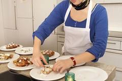 BRIGITTE-Mitarbeiterin Sina richtet die Stollen-Scheiben auf einem Teller an. Wir haben die Christstollen blind verkostet: Welcher Stollen von welcher Marke war, erfuhren wir erst nach dem Test.