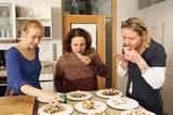 Gleich beißen sie zu: Die drei Jurorinnen probierten sich durch elf Sorten Stollen und ließen hinterher das Mittagessen ausfallen. Auch im Geschmack gab es große Unterschiede - und am Ende zumindest bei den Marzipanstollen einen klaren Favoriten...