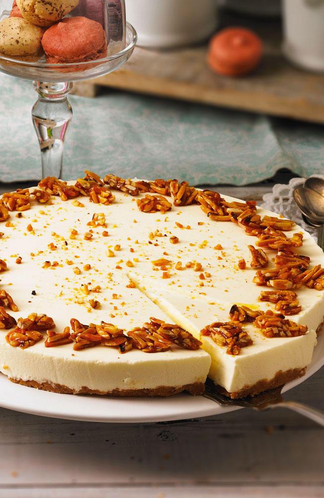Und für die müssen Sie nicht mal backen ? der Boden wird aus Cantuccini-Keksen und Butter gemacht. Zum Rezept: Joghurt-Tarte mit Mandel-Honig-Krokant