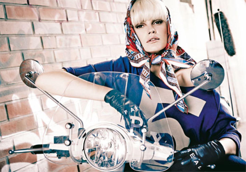 Rasant: Mit Diven-Kopftuch blitzschnell die Haare zähmen. Blauer XL-Sweater mit weitem Rundhalsausschnitt und übergroßem Print: 5Preview, ca. 100 Euro. Bundfalten-Jeans in 7/8-Länge: NYDJ, ca. 150 Euro. Seidencarré (als Kopftuch getragen): Hermès. Handschuhe: Asos.