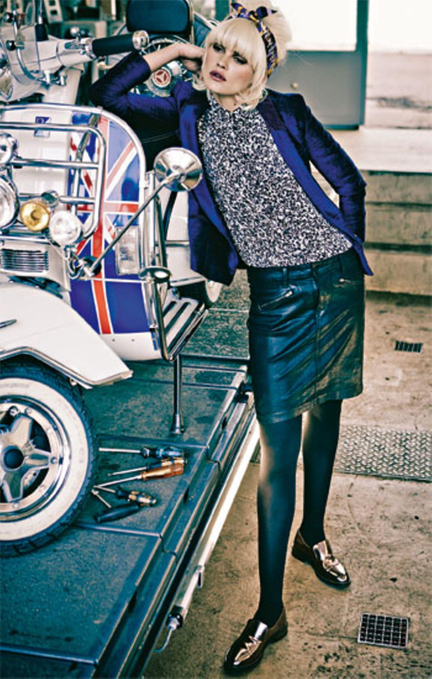 Glamourös: Auch tagsüber auf den schönen Schein von Metallic-Effekten setzen. Blauer Samtblazer mit bordeauxrot abgesetztem Kragen: Sessùn, ca. 180 Euro. Bluse mit grafischem Schwarz-Weiß-Muster: Lacoste, ca. 90 Euro. Beschichteter Jeansrock mit Reißverschluss-Taschen: NYDJ, ca. 160 Euro. Seidencarré (als Haarband getragen): Hermès. Metallic-Loafers: Brunello Cucinelli. Strumpfhose: Item m6. Mehr bei BRIGITTE.de Unsere Lieblingstrends für Herbst und Winter 2013 Elf Modetrends für den Herbst Schöne Taschen: Die Laufsteg-Trends