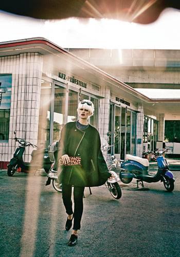 Herbsttrend: Frei: Auf den Schwingen eines Capes davonfliegen. Schwarzes Cape mit Lederpaspeln: s.Oliver, ca. 170 Euro. Blau melierter Grobstrickpullover: C&A, ca. 25 Euro. Stretchjeans: Wrangler, ca. 100 Euro. Sonnenbrille: Dior. Clutch: Peter Kaiser. Schuhe: Tamaris.