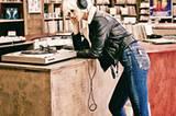 Laut: In Bikerjacke und Röhrenjeans ein Rock'n'Roll-Leben führen. Schwarze Lederjacke mit Fellbesatz: Marc O'Polo, ca. 600 Euro. Blauer Pullover mit Farbverlauf: Comma, ca. 70 Euro. Bluejeans mit Metallic-Beschichtung: Angels Jeans, ca. 90 Euro. Schuhe: Heine.