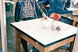 Relaxt: Im Karohemd betont lässig daherkommen. Sie: Jeansjacke mit Lederärmeln: s.Oliver, ca. 80 Euro. Karierte Bluse mit nietenbesetzten Brusttaschen: LTB, ca. 40 Euro. Schwarzer Highwaist-Rock: Tommy Hilfiger, ca. 120 Euro. Loafers: Y-3. Strumpfhose: Item m6. Er (Mitte): Cardigan und Jeans: Campus, ca. 140 Euro und ca. 100 Euro. Schwarzes Hemd: Asos, ca. 35 Euro. Er (rechts): Jeanshemd: Bogner, ca. 150 Euro. Jeans: Wrangler, ca. 100 Euro. Sonnenbrillen: beide Ray Ban.