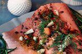 Der pochierte Lachs auf Algensalat sieht nicht nur köstlich aus, sondern schmeckt auch so. Dazu servieren wir ein cremiges Honig-Senf-Dressing. Zum Rezept: Pochierter Lachs auf Algensalat