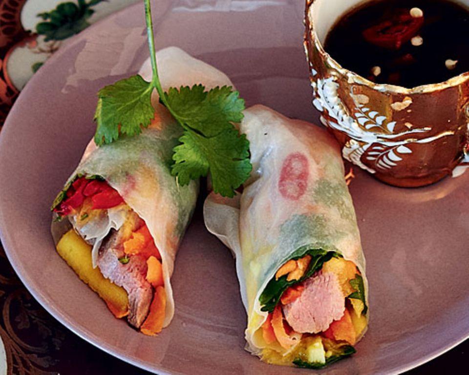 Diese Enten-Mango-Röllchen haben's in sich! Reispapier umhüllt zartes Filet, süße Mango, würzigen Ingwer und frische Kräuter. Da werden Erinnerungen an den letzten Thailand-Urlaub wach... Zum Rezept: Enten-Mango-Röllchen