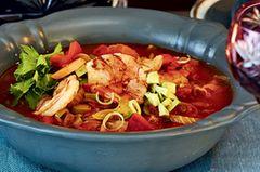 Chilli con Scampi wärmt von innen - dank der feurigen Gewürzmischung aus Cayennepfeffer, Kreuzkümmel, Oregano und Thymian. Den milden Gegenpart besorgen die Avocadowürfel. Zum Rezept: Chili con Scampi