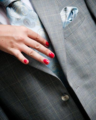 Frau Hand Krawatte