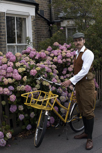 Mann gelbes Fahrrad