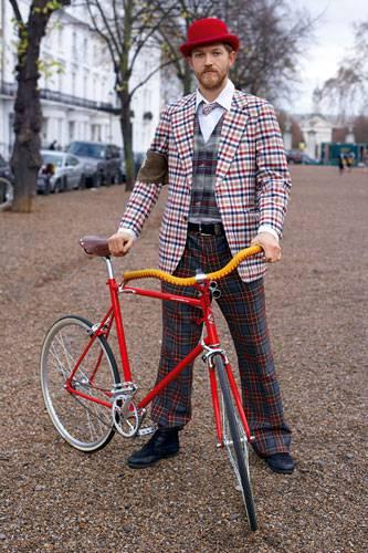 Mann rotes Fahrrad karierte Jacke