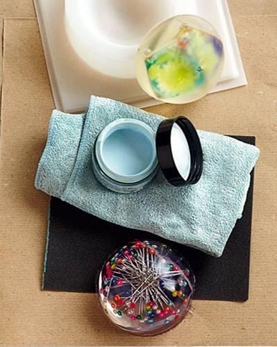 """Bastelideen: Objekt aus der Gießform drücken. Dabei die Form an den Rändern leicht auseinanderziehen. Das Trennmittel vom Briefbeschwerer unter fließendem Wasser abspülen und die Kante mit Nassschleifpapier glätten. Mit Polierpaste und Tuch kräftig polieren. Mehr Selbermach-Ideen bei BRIGITTE.de: Kreative Ideen: """"Ich liebe Selbermachen!"""" Unsere Lieblings-Selbermacher Die BRIGITTE-Kreativ-Edition Selbermachen: Aktuelle Themen im Überblick"""
