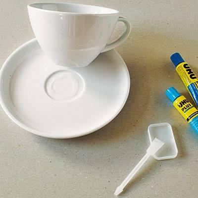 Untertasse, Tasse und Kleber