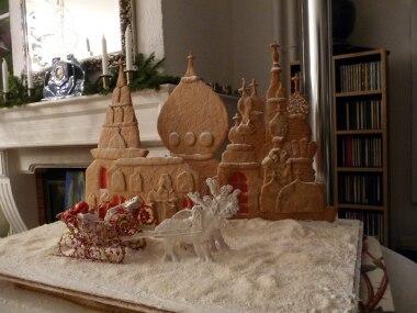 """Foto-Wettbewerb: Das russische Wintermärchen von Rita Jäckel landete knapp auf Platz 2 - """"beeindruckend"""", so das Urteil der Jury. """"Es schmückt unser Wohnzimmer während der ganzen Adventszeit"""", schreibt die Bäckerin, """"Danach wird es komplett gegessen, denn auch die Rentiere und die Geschenkpäckchen sind aus süßem Teig, der Schnee aus Kokosflocken! Das ist unser Vorgeschmack auf weiße Weihnachten!"""""""