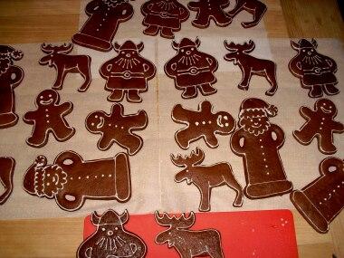 """Foto-Wettbewerb: Weihnachtsmänner, Wikinger, Elche und Lebkuchenmänner - alle aus Lebkuchenteig, mit ruhiger Hand dekoriert von Astrid Wilkening. """"Schlicht, aber schön"""", schrieb die Bäckerin. Ganz unsere Meinung!"""