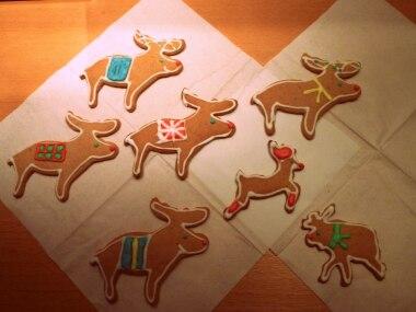 """Foto-Wettbewerb: """"Mir ist da eine zahme Elchherde zugelaufen"""", schreibt Vera Richert-Schydlo. Die Elche mit bunten Decken, Schals und Lichterketten sind liebevoll mit Zuckerguss dekoriert. """"Am wohlsten fühlen sich die lieben Tiere in Folie verpackt auf den Weihnachtsgeschenken"""", sagt die Bäckerin."""