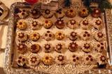 Lasst Blumen sprechen: Ein ganzes Blech hat Oliver Knipper mit Schoko-Kirsch-Marzipan-Blüten gefüllt. Cognac-getränkte Kirschen sind in ein warmes Marzipanmäntelchen gehüllt - fein ausgearbeitet und schön anzusehen!