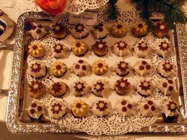 Foto-Wettbewerb: Lasst Blumen sprechen: Ein ganzes Blech hat Oliver Knipper mit Schoko-Kirsch-Marzipan-Blüten gefüllt. Cognac-getränkte Kirschen sind in ein warmes Marzipanmäntelchen gehüllt - fein ausgearbeitet und schön anzusehen!