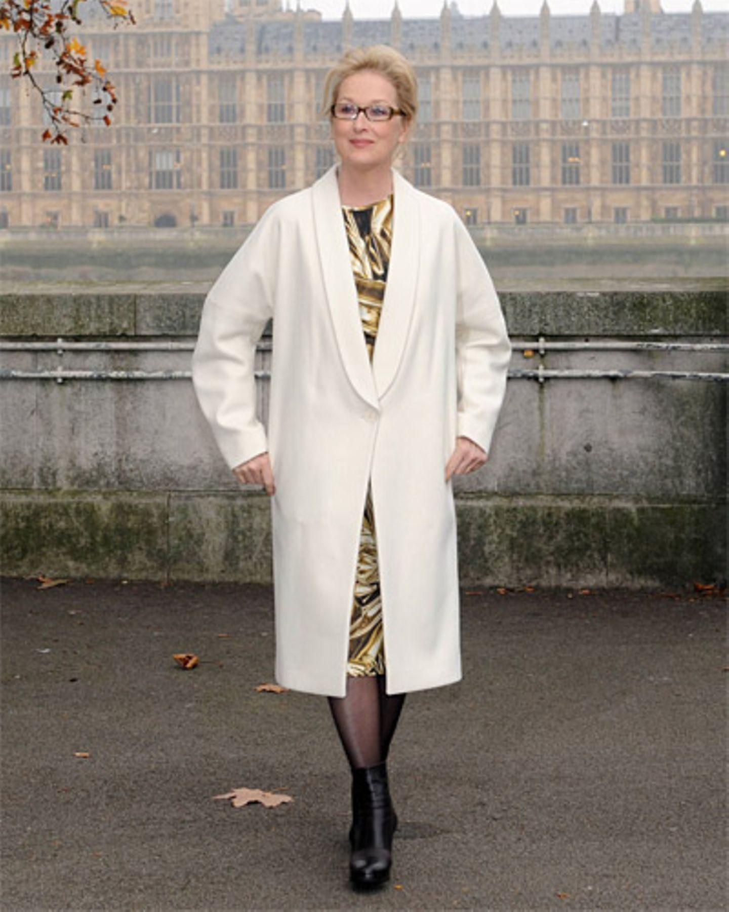 Meryl Streep im weißen Mantel vor dem britischen Parlament