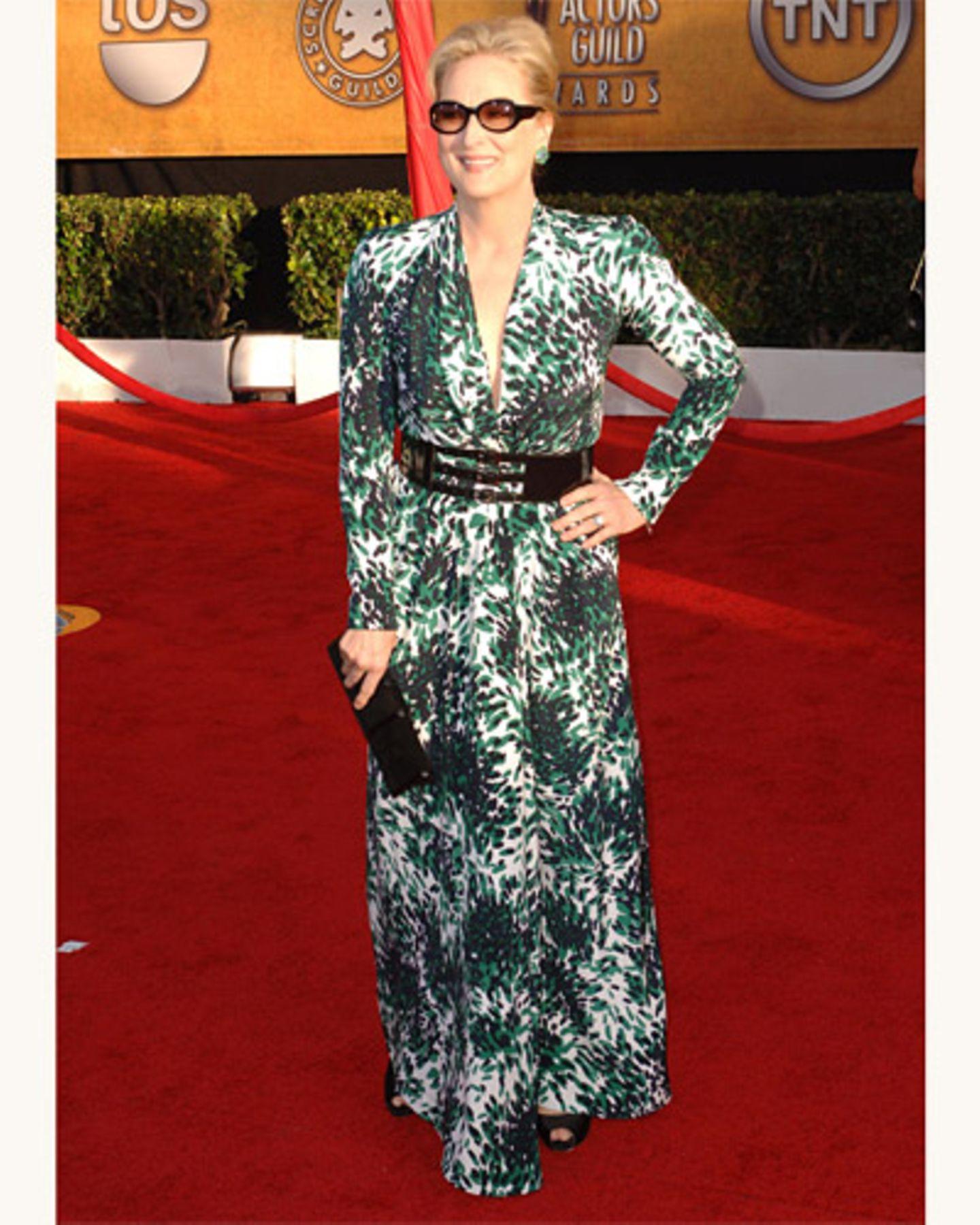 Meryl Streep im langen Kleid mit getönter Brille