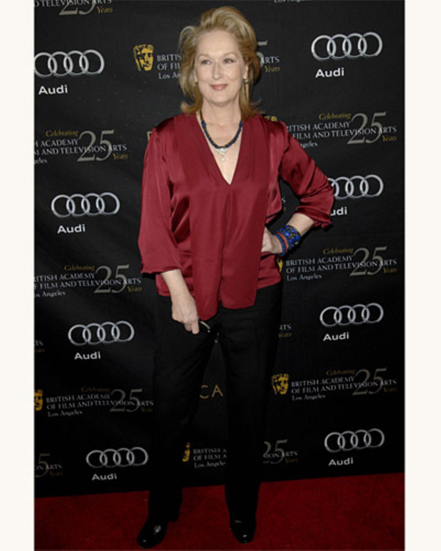 Meryl Strep in einer roten Satinbluse
