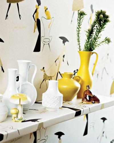 Tapetenregal und Vasen