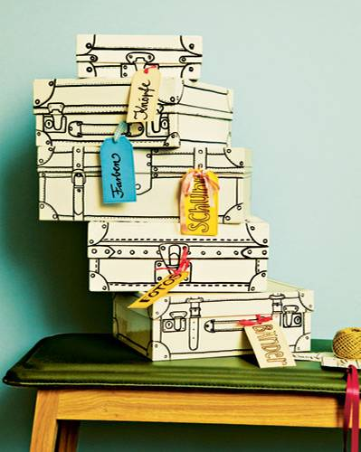 """Das brauchen Sie: Malvorlagen; Schuhkartons und kleine Kisten; weiße Binderfarbe; Edding 8400 0,5-1 mm und 1-2 mm; Lineal; Bleistift; Radiergummi; Tonpapier in verschiedenen Farben; Schere; Schleifenbänder So geht's: Kartons mit Binderfarbe bestreichen und trocknen lassen. Anhand der ausgedruckten Vorlagen die gewünschten """"Nähte"""" und """"Beschläge"""" auf die Kartons malen, so dass diese optisch zu kleinen Koffern werden. Die Linien können Sie mit Bleistift und Lineal vorzeichnen. Keine Angst vor kleinen Unregelmäßigkeiten, die sorgen für den nötigen Charme! Mit einem spitzen Gegenstand ein Loch in Griff oder Schnalle bohren, durch das ein Schleifenband gezogen wird, an dem ein beschriftetes Etikett aus Tonpapier baumelt. Fertig ist der Koffer samt Anhänger!"""