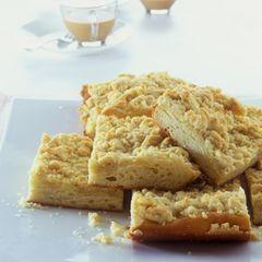 Das klassische Rezept für Streuselkuchen - mit Hefeteig und Butterstreuseln. Damit's etwas saftiger wird, streichen wir Schmand auf den Teig. Zum Rezept: Streuselkuchen