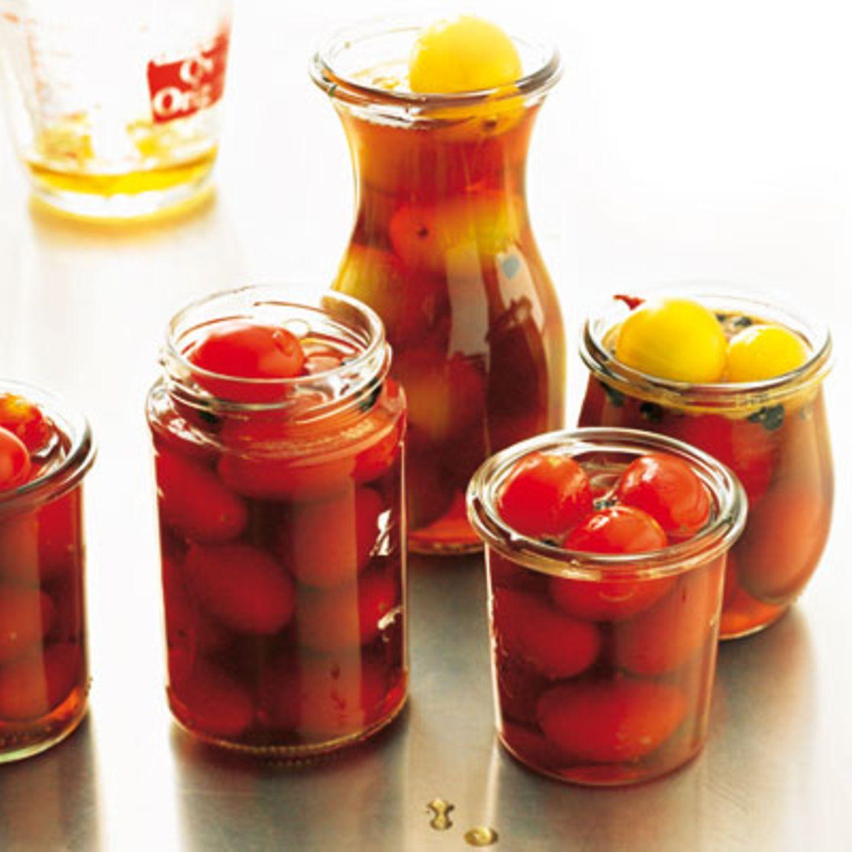 Tomaten in Einmachgläsern abkühlen lassen