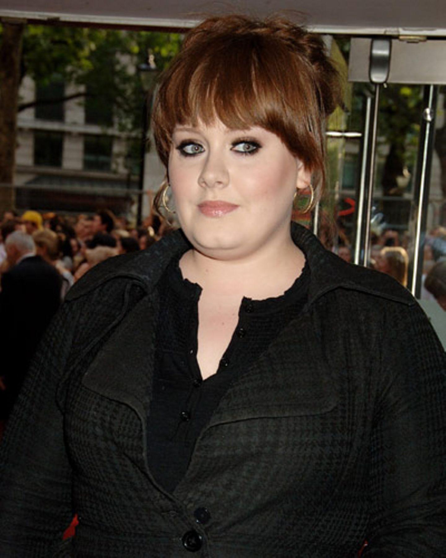 Ein trendiges Flechtwerk am Oberkopf. Adele trägt einen breiten Pony mit abgerundeten Seitenpartien. Der Zopf wurde locker von einer Seite zur anderen gesteckt, aufmüpfige Strähnchen machen den Look cool. Wir finden: eine gute Frisuren-Wahl von Adele, passt zu Kinopremieren wie Kaffeeklatsch. Mehr bei BRIGITTE-woman.de: Test: Was verrät Ihre Frisur über Sie? Frisuren-Klassiker: Zeitlos schön Frisuren für ein rundes Gesicht Stars ungeschminkt auf Vip.de