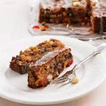 Dörrobst, Mandeln, Nüsse und ein ordentlicher Schuss Sherry: In Früchtebrot ist richtig was drin. Kein Wunder, dass es so gut schmeckt. Wir erklären euch Schritt für Schritt, wie euer Früchtebrot gelingt.  Aber selbst wenn es noch so verführerisch duftet, nach dem Backen solltet ihr euch in Geduld üben: Denn Früchtebrot schmeckt am besten, wenn es ein paar Tage durchgezogen ist!