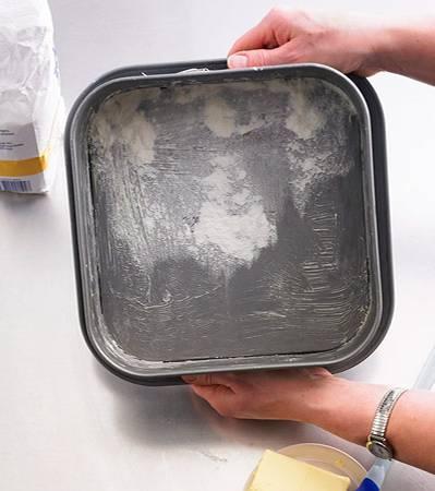 Backschule: Die Form auf die Arbeitsfläche klopfen, so dass sich das Mehl gut in der Form verteilt und am Fett kleben bleibt.