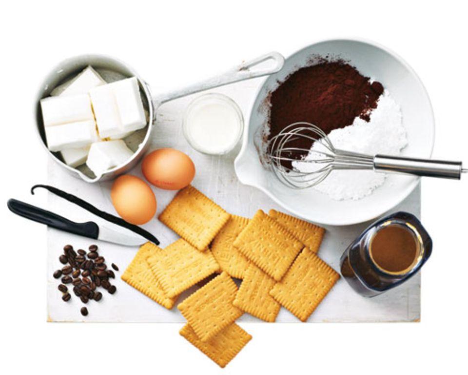Das brauchen Sie: 120 g Puderzucker 65 g Kakaopulver 1–2 EL Espressopulver 4 EL Milch 1 Vanilleschote 2 ganz frische Eier 250 g Kokosfettca. 28 Butterkekse Kaffeebohnen für die Deko Tipps: Die Schokoladenmasse muss gut gerührt werden, damit sich das Fett mit den Zutaten verbindet. Den Kuchen gut kühlen. Die Häppchen halten gekühlt vier bis fünf Tage.