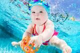 """Bekannt wurde Seth Casteel mit der Fotoserie """"Hunde unter Wasser"""", für die er badefreudige Vierbeiner in einem Schwimmbecken aufnahm. Nicht nur Hundefans waren begeistert von den lustigen Blubberblasen-Bildern. Nun setzt der Fotograf aus Venice in den USA sein Projekt fort. Als Models wählte er dieses Mal: Babys. Und was sollen wir sagen? Die kleinen Wonneproppen sehen noch entzückender aus als ihre haarigen Vorgänger! Und falls ihr beim Anblick der Bilder auch ein bisschen Panik spürt, können wir euch beruhigen: Natürlich achtete Seth Casteel auch dieses Mal ganz besonders auf Sicherheit. In einem Interview mit NPR.org warnt er zudem alle Eltern, die womöglich ähnliche Bilder machen wollen, vorsichtig zu sein: """"Viele Leute vergessen, dass unsere Swimming Pools zwar ein großer Spaß für uns sind, aber auch eine Gefahr, besonders für unsere Kinder und auch junge Haustiere."""" Und natürlich ließ er nur Wasserfans vor die Kamera. Aber davon gibt es ja genug. Jeder, der mit seinem Kind beim Babyschwimmen war, weiß, wieviel Vergnügen die Kleinen beim Plantschen haben. Das ist auf den Bildern nicht zu übersehen."""