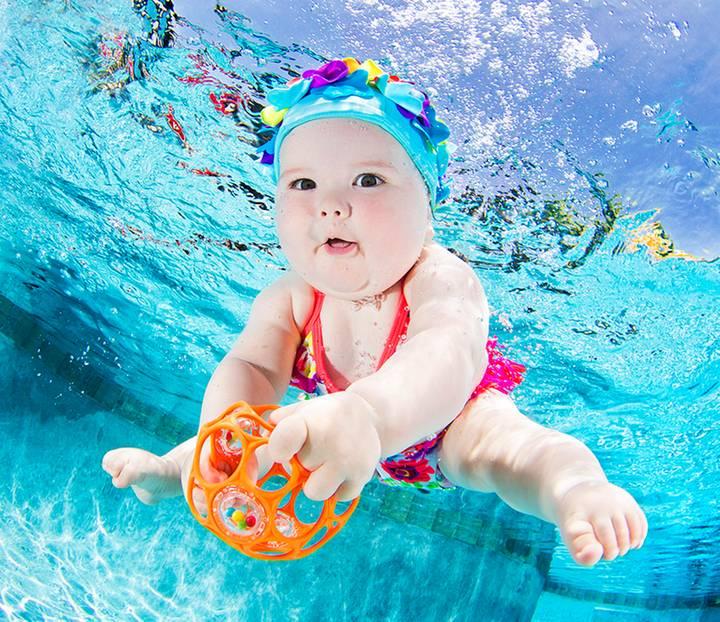 """Seth Casteel: Bekannt wurde Seth Casteel mit der Fotoserie """"Hunde unter Wasser"""", für die er badefreudige Vierbeiner in einem Schwimmbecken aufnahm. Nicht nur Hundefans waren begeistert von den lustigen Blubberblasen-Bildern. Nun setzt der Fotograf aus Venice in den USA sein Projekt fort. Als Models wählte er dieses Mal: Babys. Und was sollen wir sagen? Die kleinen Wonneproppen sehen noch entzückender aus als ihre haarigen Vorgänger! Und falls ihr beim Anblick der Bilder auch ein bisschen Panik spürt, können wir euch beruhigen: Natürlich achtete Seth Casteel auch dieses Mal ganz besonders auf Sicherheit. In einem Interview mit NPR.org warnt er zudem alle Eltern, die womöglich ähnliche Bilder machen wollen, vorsichtig zu sein: """"Viele Leute vergessen, dass unsere Swimming Pools zwar ein großer Spaß für uns sind, aber auch eine Gefahr, besonders für unsere Kinder und auch junge Haustiere."""" Und natürlich ließ er nur Wasserfans vor die Kamera. Aber davon gibt es ja genug. Jeder, der mit seinem Kind beim Babyschwimmen war, weiß, wieviel Vergnügen die Kleinen beim Plantschen haben. Das ist auf den Bildern nicht zu übersehen."""