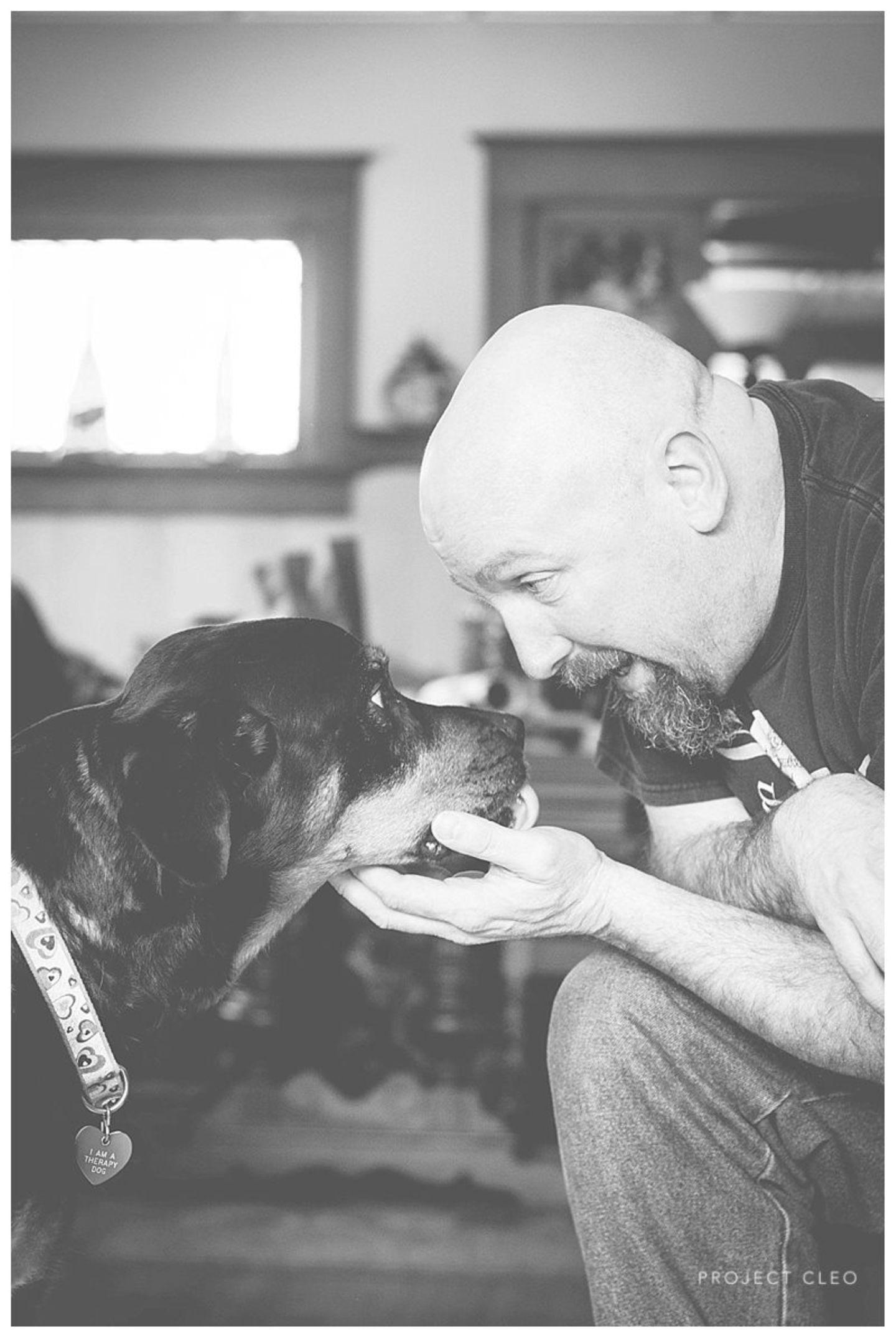 """Doch mittlerweile sieht sie vor allem, welchen Dienst sie anderen Menschen und ihren Tieren erweist: """"Je mehr Fotosessions ich mache, und je mehr Freude und Liebe ich mit den Bliss Sessions verbreite, desto mehr heilt mein Herz."""""""