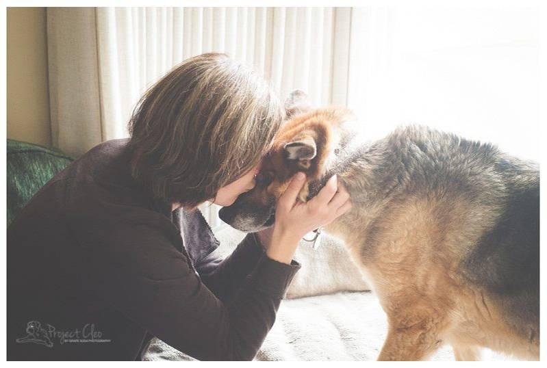 """Tierliebe: Haustiere sind für viele Menschen wie Familienmitglieder oder geliebte Freunde und ihr Verlust ein schlimmer Schlag für die Betroffenen. Auch Fotografin Eva Hagel hatte sehr unter dem Abschied von ihrem Hund Cleo zu leiden. Vor allem machte ihr zu schaffen, dass sie trotz ihres Berufes kaum gemeinsame Fotos von ihrem geliebten Tier gemacht hatte, an denen sie sich in der Trauerzeit festhalten konnte. Aus dieser Situation heraus erfand sie """"Project Cleo"""": Unentgeltlich fotografiert sie Tierhalter, deren Lieblinge nicht mehr lange zu leben haben."""