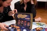 """Ines Kossin blättert mit BRIGITTE.de-Foodredakteurin Angelika Unger in alten Ausgaben des BRIGITTE-Plätzchen-Extras und erinnert sich an vergangene Keksabende mit ihren Freundinnen. """"2009 kamen die Walnuss-Balsam-Hörnchen besonders gut an"""", erzählt sie."""