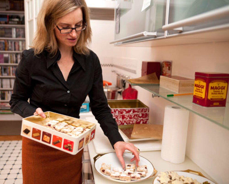 In Ines Kossins Küche in Hamburg-Winterhude duftet es nach Weihnachten: Jedes Jahr in der Adventszeit lädt die Hamburgerin ihre Freundinnen ein und lässt sie ihre selbst gebackenen Plätzchen probieren. Seit 2001 gibt es diese Tradition - und seit 2004 macht Ines Kossin nur noch Plätzchen nach BRIGITTE-Rezepten. Sie nimmt sich jedes Jahr das aktuelle Plätzchen-Extra vor, sucht ihre Favoriten aus und backt sie nach. Die Freundinnen küren dann gemeinsam ihr persönliches Lieblingsplätzchen. Fünf Plätzchen-Extrahefte von BRIGITTE zum Download - für Abonnentinnen ist dieser Service kostenlos, ohne Abo bezahlen Sie 2 Euro für alle Rezepte eines Plätzchen-Extrahefts.