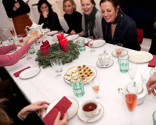 """BRIGITTE-Plätzchen: Gespannte Erwartung: Zwölf Frauen haben sich in Ines Kossins Esszimmer an einer langen Tafel versammelt und nehmen nun die Plätzchen in Augenschein. Die schwedischen Kirsch-Drömmar mit kandierten Kirschen und gehackten Pistazien lösen Begeisterung aus. """"Die sehen aus wie aus Bullerbü!"""", ruft eine Frau aus."""