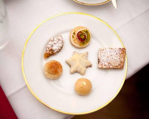 BRIGITTE-Plätzchen: Es ist angerichtet! Auf dem Verkostungsteller liegen (im Uhrzeigersinn) Kirsch-Drömmar, Linzer Schnitten, Goldene Schmalzkugeln,  Marzipan-Kartoffeln, Lemon-Curd-Rauten und Hafer-Schoko-Plätzchen (Mitte).