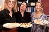 """Jetzt wird serviert: Zwei Freundinnen helfen Ines Kossin, ihre Plätzchen ins Wohnzimmer zu tragen. Christina Plaßmann (rechts) lebt inzwischen in Köln, reist aber für den Keksabend eigens nach Hamburg: """"Ich bin bisher jedes Jahr dabei gewesen, seit 2001"""", sagt sie. """"So ein schönes Ritual!"""""""