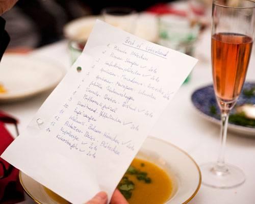 """BRIGITTE-Plätzchen: Doch bevor sich die Frauen den BRIGITTE-Plätzchen widmen, gibt es einen herzhaften Gruß aus der Küche: Möhren-Pastinaken-Suppe mit Koriander. """"Das ist kein BRIGITTE-Rezept"""", verrät Ines Kossin - das Rezept stammt aus einem Jamie-Oliver-Kochbuch. Der Keks zur Suppe stammt jedoch aus der BRIGITTE: ein würziger Cookie mit Ras el Hanout. Dazu gibt's rosa Crémant - und nostalgische Erinnerungen: mit der Liste der Plätzchen, die 2010 verkostet wurden."""