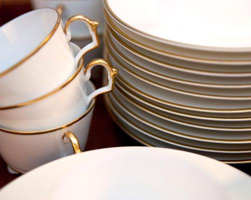 """BRIGITTE-Plätzchen: Die Plätzchen werden mit Stil verkostet - dafür steht ein feines weißes Porzellanservice mit Goldrand bereit. """"Kaffee und Kuchen gibt's bei uns im Alltag eher selten"""", sagt Ines Kossin. """"Der Keksabend mit den Mädels ist eine gute Gelegenheit, das schöne Service zu benutzen."""" Es stammt aus den 30er-Jahren und ist ein Erbstück von Ines Kossins Großtante."""