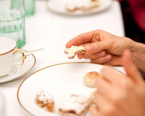 """BRIGITTE-Plätzchen: Der zweite Kandidat ist das Hafer-Schoko-Plätzchen - und das polarisiert. """"Toll!"""", sagen die Fans, andere kritisieren, der Keks klebe an den Zähnen. Ines Kossin findet ihn """"überraschend gut"""". Auch die Linzer Schnitten kommen gut an, die Marzipan-Kartoffeln sind einigen Frauen zu süß und der Kirsch-Drömmar punktet mit toller Konsistenz und hübscher Dekoration. Auch Ines Kossin ist mit ihrem Werk zufrieden: """"Der ist optisch wirklich sehr gut gelungen - und das Verzieren hat mir viel Spaß gemacht."""""""