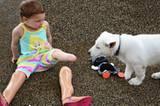 Das Mädchen ohne Beine und der Welpe ohne Pfote
