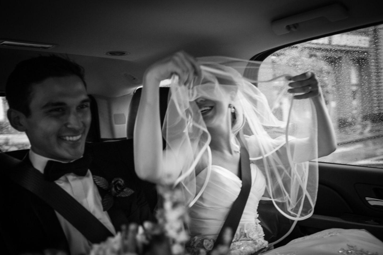 """Glücklich trotz Unwetter: Max und Stephanie haben """"Ja"""" gesagt."""